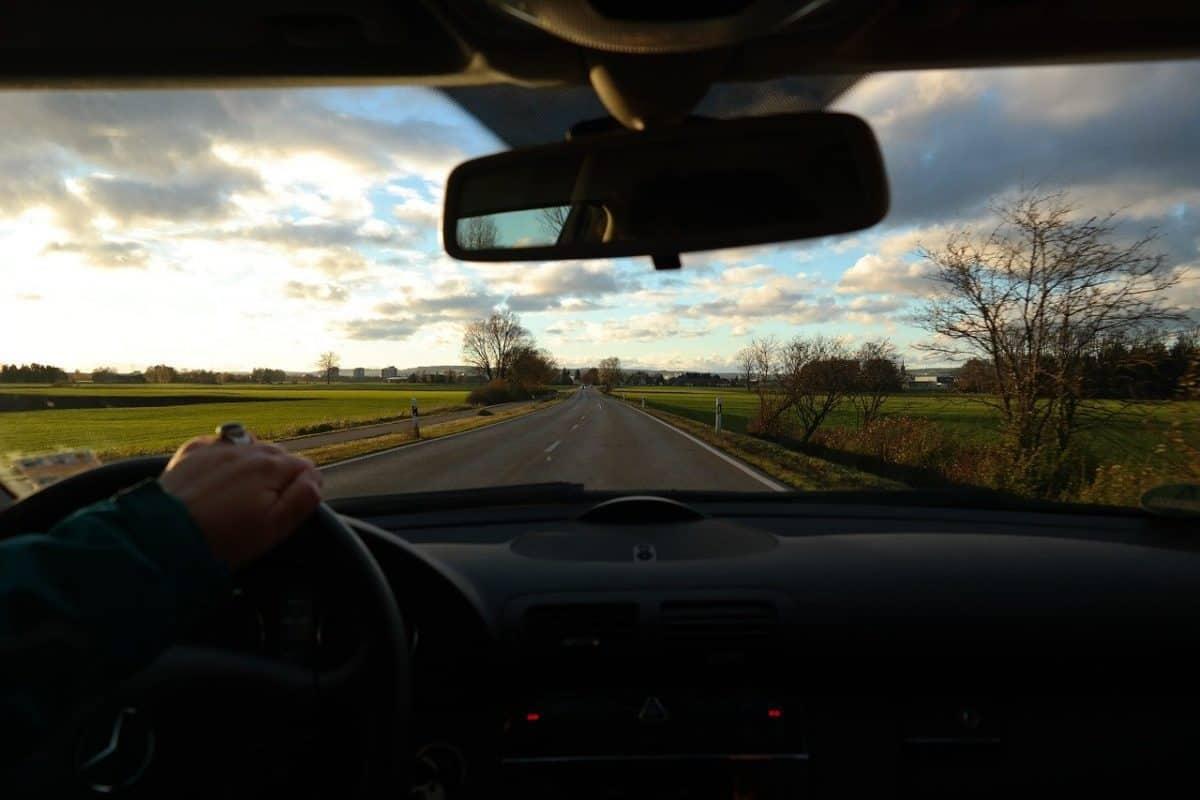 Zmęczenie podczas prowadzenia samochodu jest bardzo niebezpieczne. Zmiana kierowców to dobry pomysł na pokonanie długiej trasy.